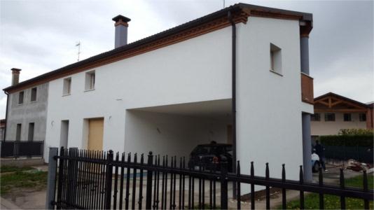 intonaco esterno con finitura ad intonachino bianco, realizzato a Noventa Padovana, casa lato frontale