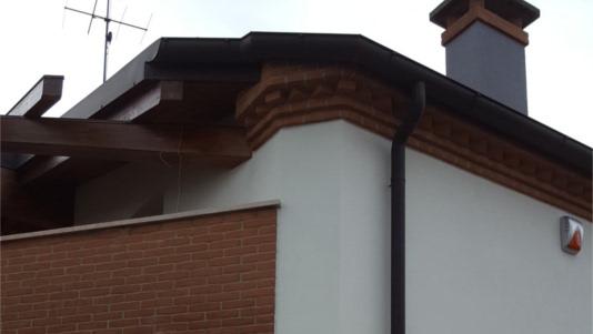 intonaco esterno con finitura ad intonachino bianco, realizzato a Noventa Padovana, casa lato posteriore