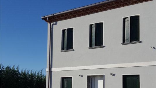 intonaco esterno con finitura ad intonachino grigio, realizzato a Piove di Sacco, foto frontale