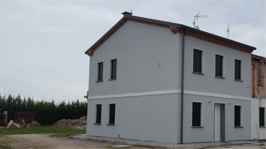 intonaco esterno con finitura ad intonachino grigio, realizzato a Piove di Sacco, facciata casa laterale